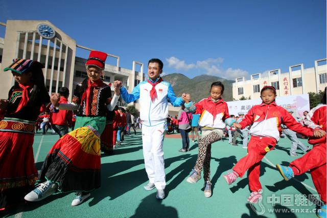 安踏爱心桥公益活动给贫困地区的孩子们带去运动的快乐