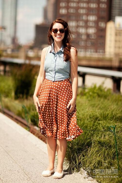 背心+半身裙 夏季最佳清凉时髦拍档街拍