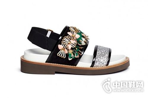 酷女孩一年四季都离不开的松糕凉鞋