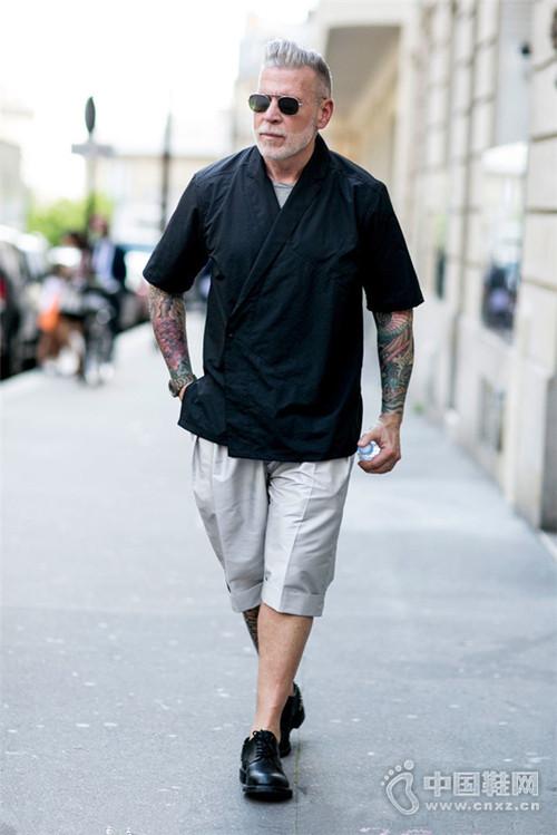 小白鞋不耐脏那就换双黑色休闲鞋