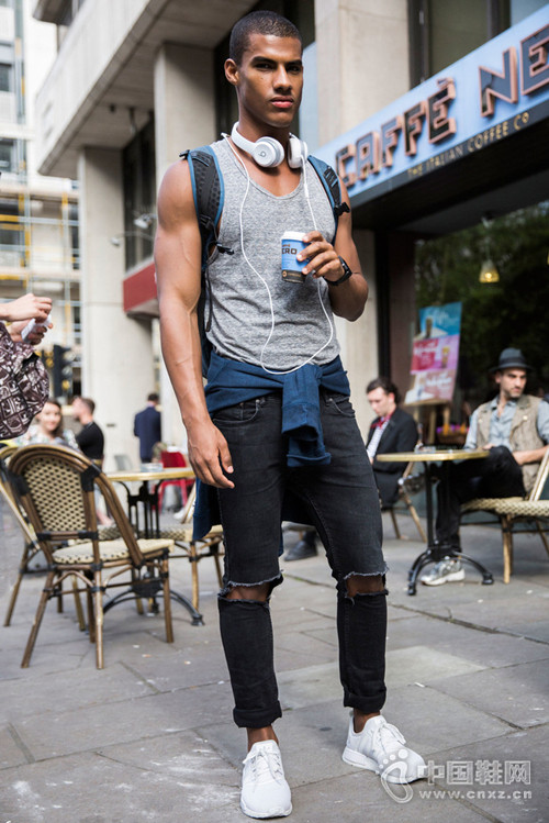 百搭又时髦的破洞牛仔裤 穿出街拍型男风范