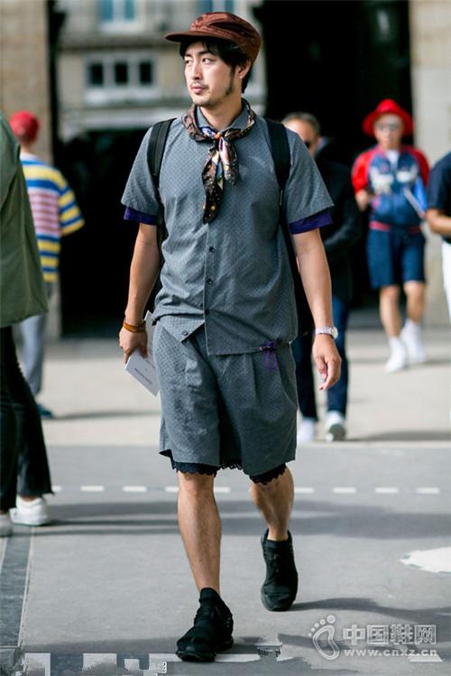 这个秋季潮人街拍可不会戴围巾 丝巾丝带系起来
