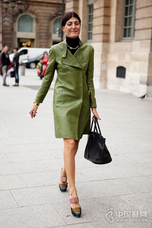 军装绿好穿又潇洒,街拍潮人最爱秋冬流行色