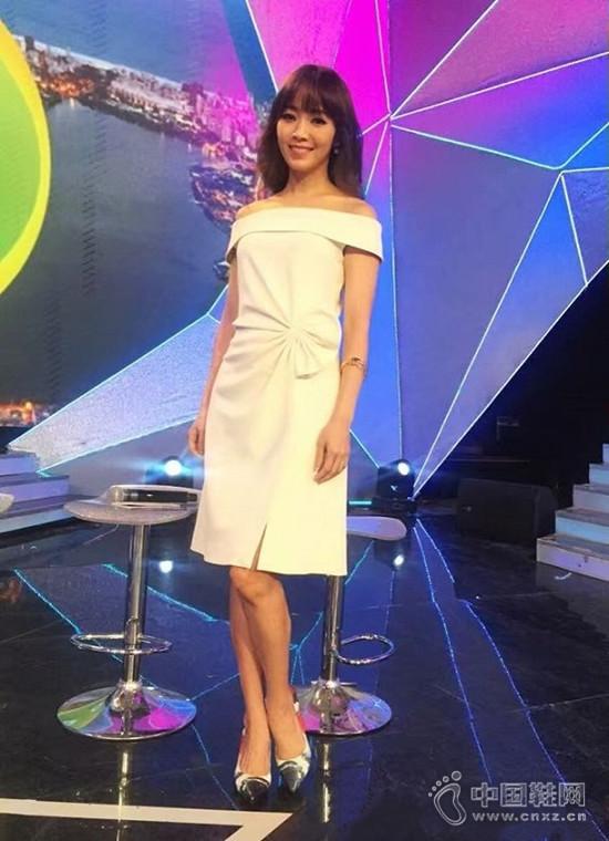 台湾女主播侯佩岑穿着本那艺术鞋