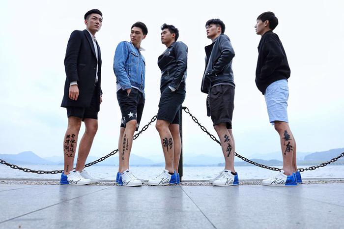 康奈:杭州街头惊现裸奔青年 他们的腿有话说