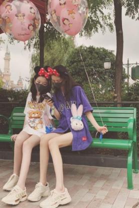 李嫣與小伙伴一起游迪士尼 秀細長直美腿閨蜜鞋亮了