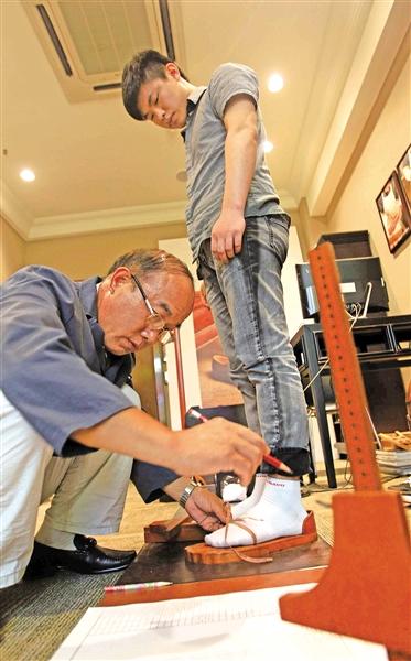 做有温度的手工鞋--走近红蜻蜓定制店高级技师潘洪兴