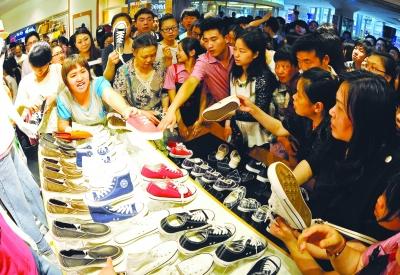 """一双球鞋卖一万元,线上线下花式""""抢""""潮流品牌为什么这么火?"""
