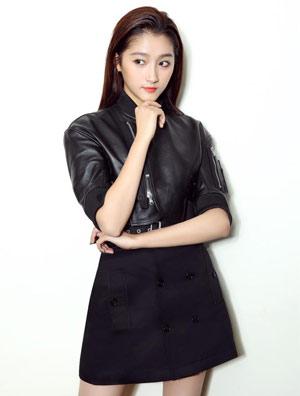 关晓彤获颁2016潮流人气榜样 皮衣短裙帅气甜美