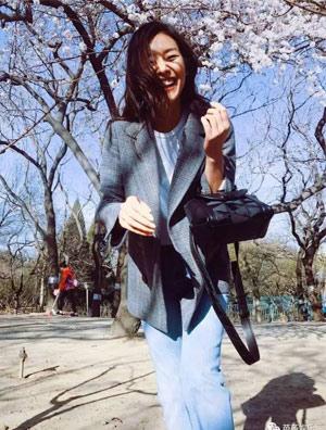 刘雯穿双2017年最火的少女运动鞋,这样看樱花才浪漫!