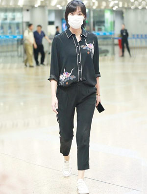 徐静蕾现身机场 清新运动装配帆布鞋