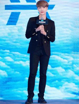 张艺兴西装搭配休闲鞋的超酷全黑造型亮相