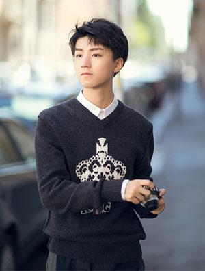 小白鞋:王俊凯在米兰拍摄街拍大片