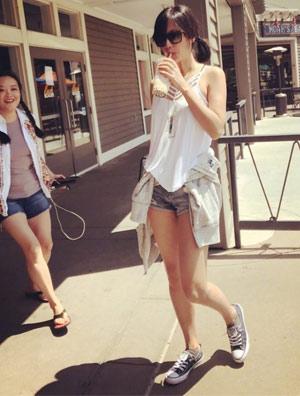 徐静蕾海边度假 热裤帆布鞋嫩似18少女