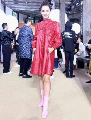《战狼2》女主卢靖姗红裙配粉鞋个性十足