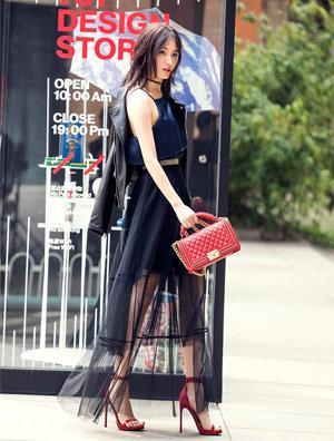 青身披黑色皮衣搭配黑纱长裙,红色一字带高跟鞋帅气十足图片