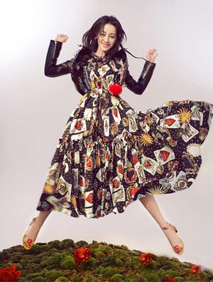 迪丽热巴封面新鲜出炉 性感俏皮展现多面魅力