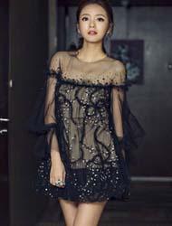 安以轩黑色刺绣小纱裙维密看秀搭配小高跟亮相 纤细美腿吸睛十足