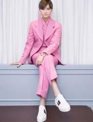 李宇春身穿2018春夏系列粉色西装亮相 GUCCI新品预览酒会