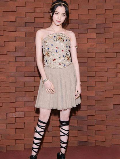 """欧阳娜娜现身活动 她的""""捆猪蹄""""鞋子吸睛 穿得比原来模特还美"""
