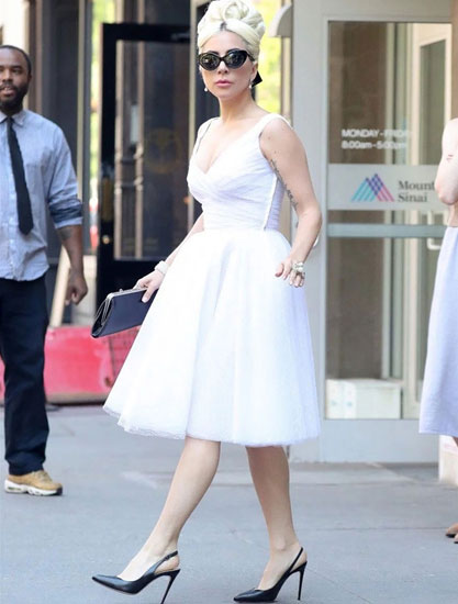 Lady Gaga 脚踩黑高跟鞋 走路气场十足