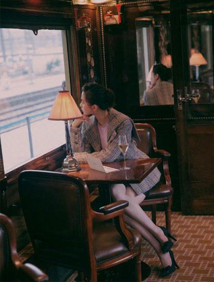 香奈儿选人就是有眼光 品牌大使刘诗诗一身白色套装清新又脱俗