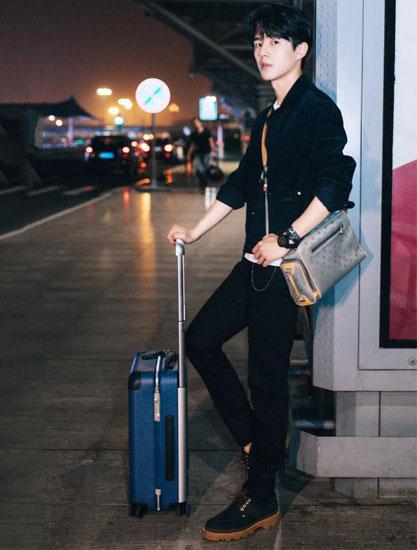 刘昊然手推行李箱现身街头 灯芯绒外套丹宁鞋 少年英气感十足