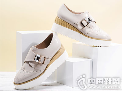 MeiRie'S美丽佳人坡跟深口鞋
