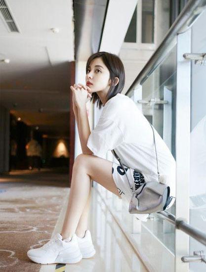 娜扎用一双运动鞋拍出大片 好时髦
