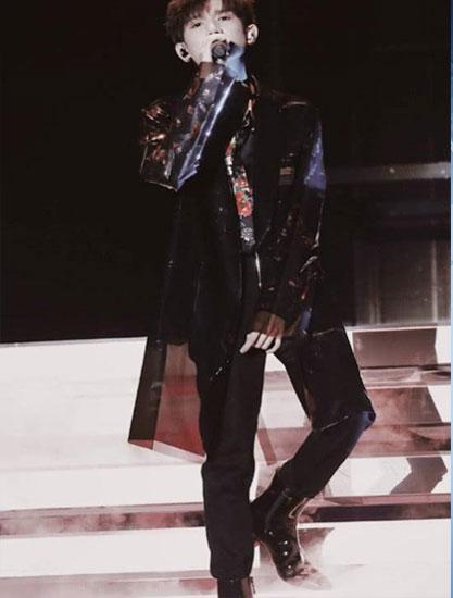 王源台上高歌 有谁注意到尖头高跟鞋?