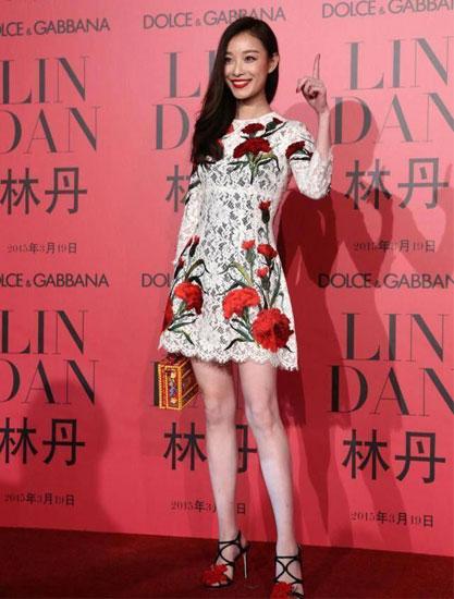 倪妮一身气质连衣裙秀白皙美腿 高跟鞋是点睛之笔