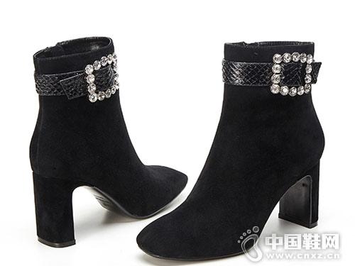 VME舞魅时尚尖头纽扣粗方跟女短靴