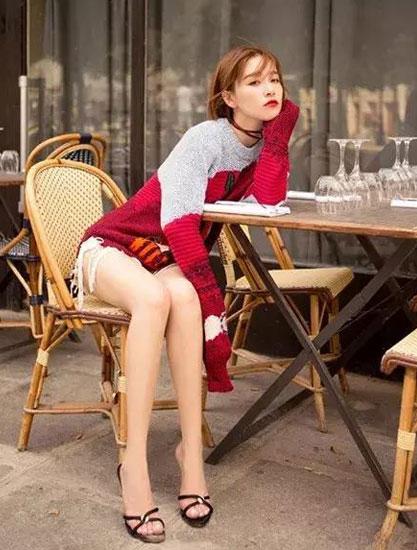 """阚清子街拍秀长腿 时尚圈的另类""""包包种草机"""""""