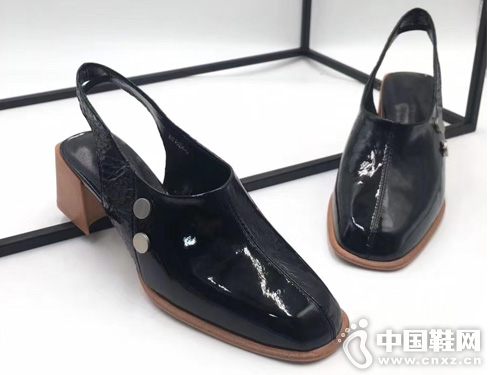 K牌女鞋 2019春夏新款后空粗跟单鞋