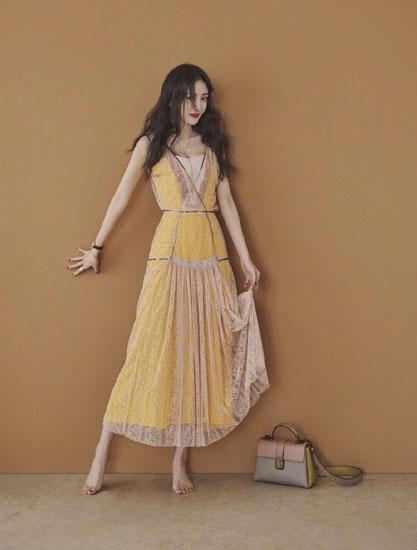 娜扎何穗狂追的小黄裙 杨幂光脚也要穿 39岁高圆圆少女感升级!
