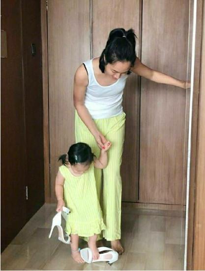 朱丹2岁女儿偷穿10厘米高跟鞋,鞋子比脚丫大两倍