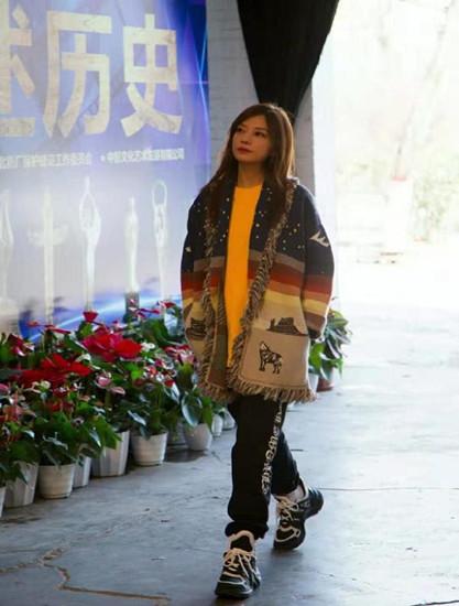 赵薇8k多的鞋没白买,43岁穿得比17岁嫩,可手已诠释一切