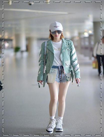 景甜现身机场,牛仔短裤显出大长腿,脚上的鞋子却很吸睛