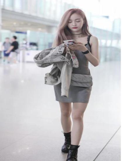 吴宣仪现身机场,只顾P腿忘了脚,鞋子比船大,腿还成了S型