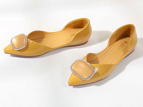 高蒂网红单鞋女2019秋季新款尖头方扣平底通勤鞋
