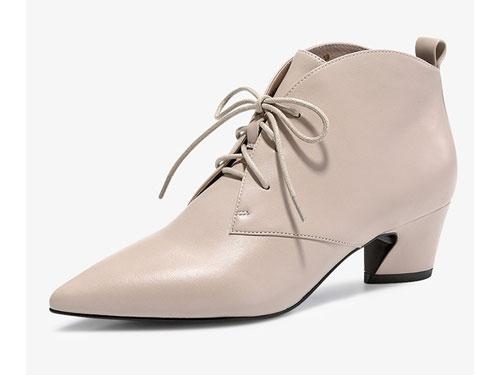 哈森2019冬季新款羊皮革尖�^中跟短靴