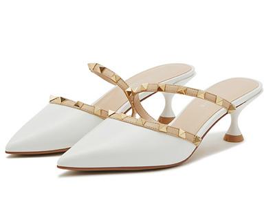 卡迪娜2020春新款时尚尖头细跟女鞋中跟铆钉